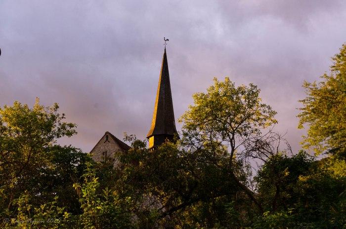 L'église de Jeufosse dans la lumière du matin